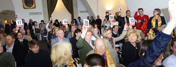 Photo of bidders in auction room at the Great Tokaj Wine Auction 2014 Bakos Zoltán