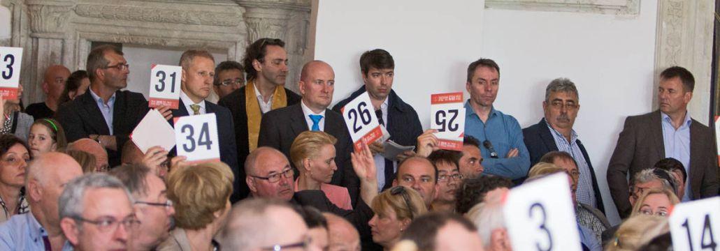 Great-Tokaj-Wine-Auction-2015-auction-room-bidding-Confrerie-de-Tokaj-Szentirmai-Zsolt